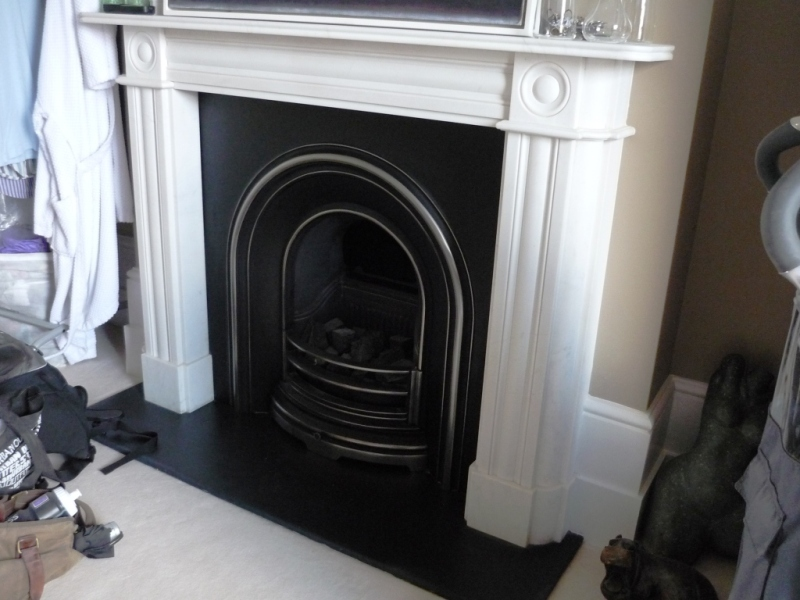 Regency Bullseye Fireplace With Cast Iron Insert